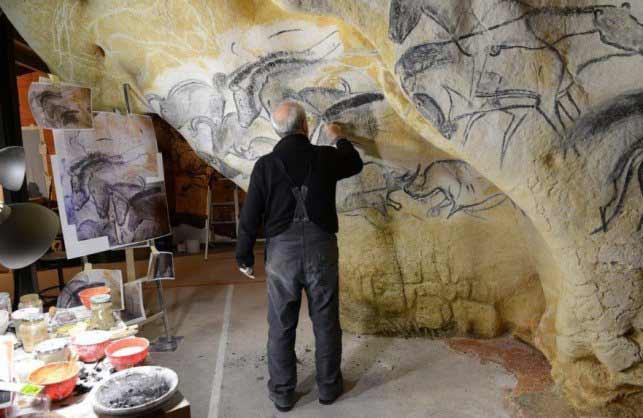 Gilles Tosello pintando en la réplica de la cueva de Chauvet