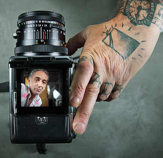 Alberto García Alix con su cámara de fotos