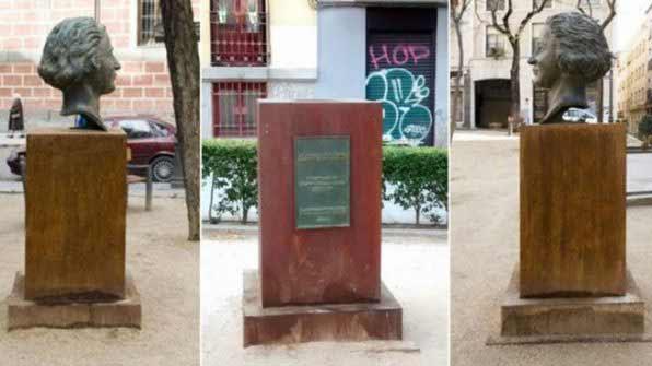 Busto robado de Clara Campoamor, foto de Somosmalasaña
