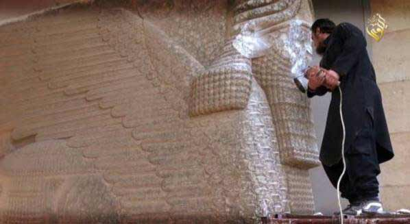 Un terrorista del Estado Islámico destroza una estatua en el museo de Nínive