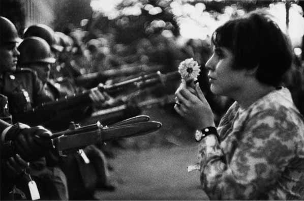 Marc Riboud - Muchacha con flor, 1967