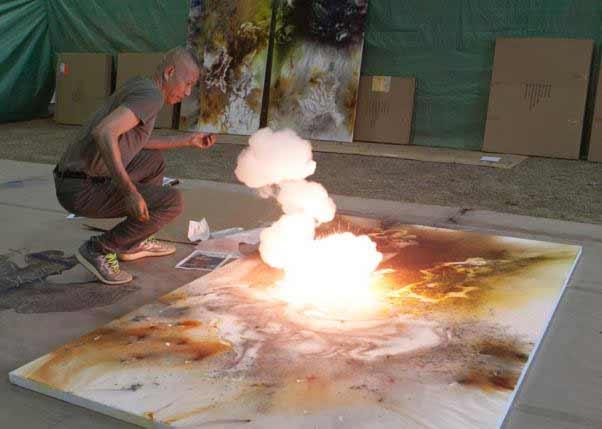 Cai Guo-Qiang durante la creación con pólvora de una pintura, 2016. Foto de ST Luk, cortesía de Cai Studio