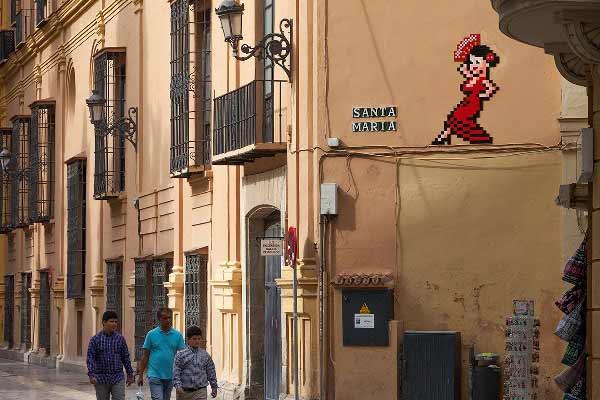La bailaora que el artista urbano Invader ha instalado en el lateral del Palacio Episcopal de Málaga
