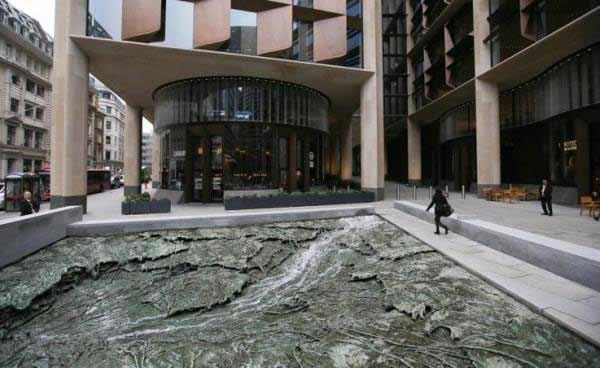 """Cristina Iglesias - escultura """"Arroyos olvidados"""" en el Edificio Bloomberg en Londres."""
