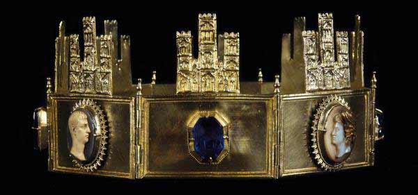 Corona de Sancho IV, del siglo XII o XIII d.C., de plata, zafiros, ágatas y camafeos de marfil. Hallada en 1947 en el Presbiterio de la Catedral Primada (Toledo). Del Cabildo de la Catedral Primada de Toledo. Foto: Cabildo de la Catedral Primada de Toledo