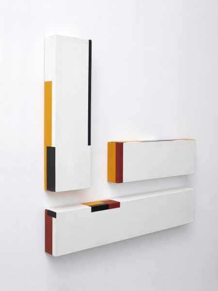 César Paternosto - Black, Rust, Yellow, 1974. Emulsión acrílica sobre lienzo, 99 x 101,6 cm (instalado) – 3 paneles. Museo Nacional Centro de Arte Reina Sofía, Madrid.