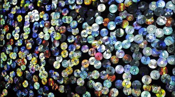 """Daniel Canogar- fotograma de su instalación """"Sikka Ingentium"""", realizada con 2.400 DVD reciclados."""