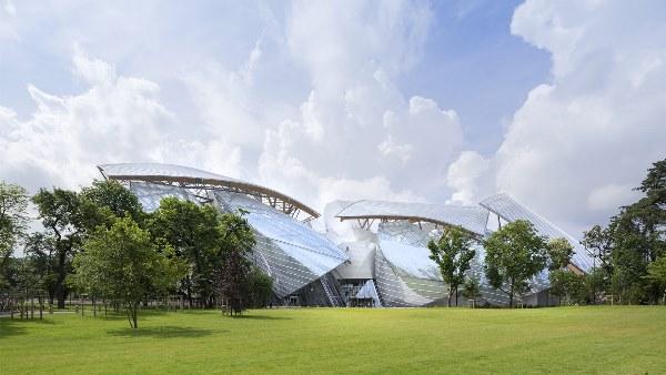 La Fondation Louis Vuitton - En un edificio diseñado por Frank Gehry, la Fundación se dedica a fomentar y promover la creación artística contemporánea.