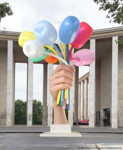 Un regalo incómodo. Jeff Koons - Bouquet of Tulips, 2016. Polychromed bronze, stainless steel, and aluminum. 409 1/2 (459 with base) x 324 3/4 x 400 3/8 inches Jeff Koons - Bouquet of Tulips, 2016. 1040 (1166 with base) x 835 x 1017 cm. © Jeff Koons.