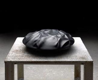 Galería Marlborough - Tadanori Yamaguchi - Ramas en negro, 2017. Granito negro. 70 x 70 x 20 cm.
