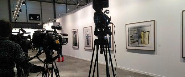 Expectación de los medios en la pared de la feria Arco de la que fue retirada la polémica obra de Santiago Sierra y sustituida por otras.