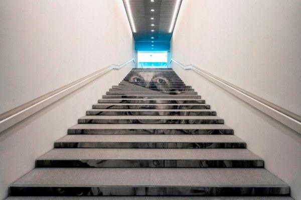 Jose Luis Puche - Papá, 2017. Carbón graso sobre papel Saunders Waterford. 3.177 × 400 cm. Intervención en las escaleras del Centre Pompidou Málaga.