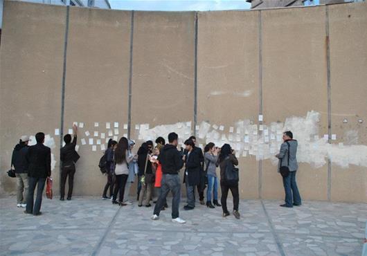 Azar Othman realizando su acción de preguntar a la gente ¿qué está usted esperando? en Bilbao y en Kurdistán. Las respuestas fueron muy diferentes según la ciudad. Entender los problemas de las personas a través del arte.