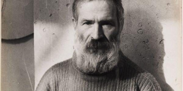 Retrato de Brancusi realizado por Man Ray en su taller - Portrait de Brancusi dans l'atelier [Retrato de Brancusi en el taller], CA. 1933-1934. ©Man Ray Trust, VEGAP, Málaga, 2018.