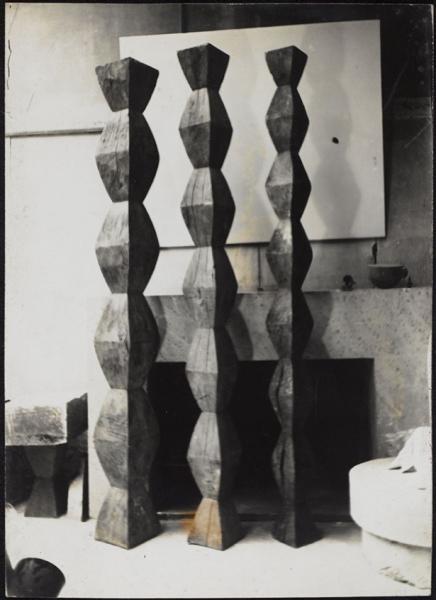 Brancusi - Tections inférieures des colonnes sans fin i à III [Secciones inferiores de las columnas sin fin i a III] (Roble), otoño de 1933. © Succession Brancusi - All rights reserved, VEGAP, Málaga, 2018.