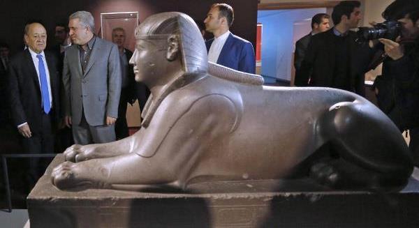 El Louvre en Teherán. El ministro de Asuntos Exteriores de Francia Jean-Yves Le Drian y el vice-presidente del Patrimonio cultural iraní, Alí Asghar Mounesan, en la inauguración de la exposición, frente a una esfinge egipcia de 2.500 años de antigüedad.
