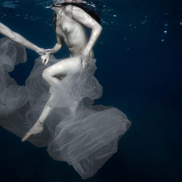 Arte, mar y plástico. Isabel Muñoz - S/T. Serie Bajo el agua, 2017. Platinotipia sobre Papel Archer. 110 x 110 cm. Ed. 1/25.