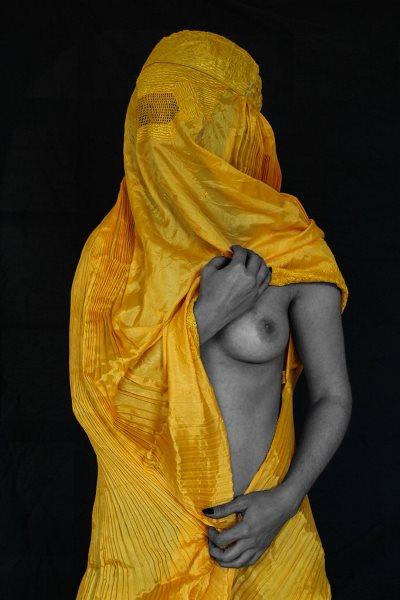 Fotografía de la artista Niga Salam, de denuncia social tratando el tema de las mujeres. Entender los problemas de las personas a través del arte.