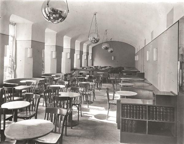 Adolf Loos - Interior del Café Museum en Viena en los años 30 del siglo XX. Image © Querfeld via Wikimedia.