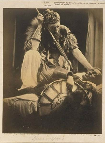 El capitán Tristram Speedy, uno de los líderes de la expedición británica a Maqdala, posa para la pionera de la fotografía Julia Margaret Cameron.