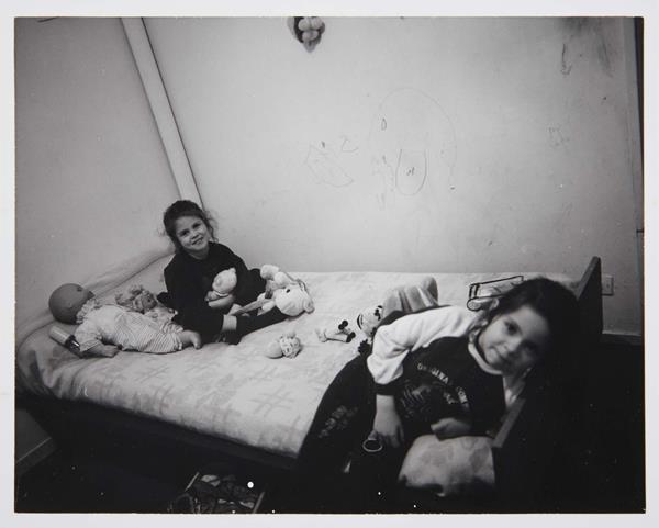"Marc Pataut - de la serie ""Le Cornillon - Grand Stade (Saint-Denis), 1994-1997"". Jeudi 9 novembre 1995 – Imphy – Nièvre / Dans leur chambre au CHRS du Vignot (Jueves 9 noviembre 1995 – Imphy – Nièvre / En su habitación del centro de acogida y reinserción de Vignot). 1995 (9/11/1995). Clorobromuro de plata sobre papel. Imagen: 9 x 11 cm / Soporte: 9,5 x 11,5 cm. Edición/Nº de ejemplar: ¾. © Marc Pataut. Museo Nacional Centro de Arte Reina Sofía."