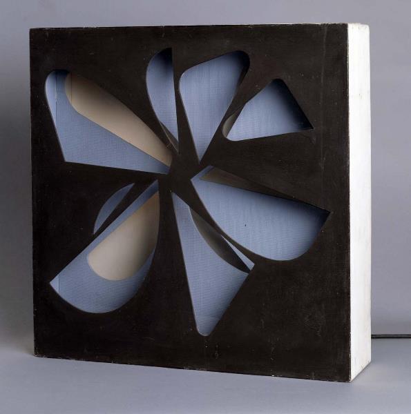 Eusebio Sempere - Relieve luminoso móvil, 1959. Escultura ensamblaje. Obra formada por estructura de madera pintada con lámina de plástico, bombillas, mecanismo de relojería y motor eléctrico. 59,5 x 60 x 14 cm. Museo Reina Sofía.