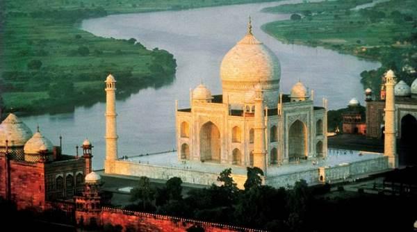 Imagen de archivo del Taj Mahal y el río Yamuna sin contaminar.