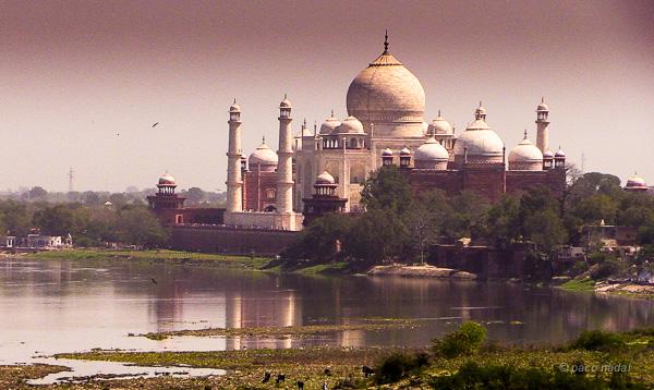Vista del Taj Mahal y el río Yamuna en su estado actual de contaminación.