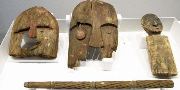 Los nueve elementos Chugach devueltos incluyen una máscara, una cuna y un ídolo de madera