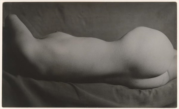 Brassaï - Desnudo del periodo 1931-1934. Gelatin silver print, 14.1 x 23.5 cm (5 9/16 x 9 1/4 in.). Twentieth-Century Photography Fund, 2007. ©The Estate of Brassai.