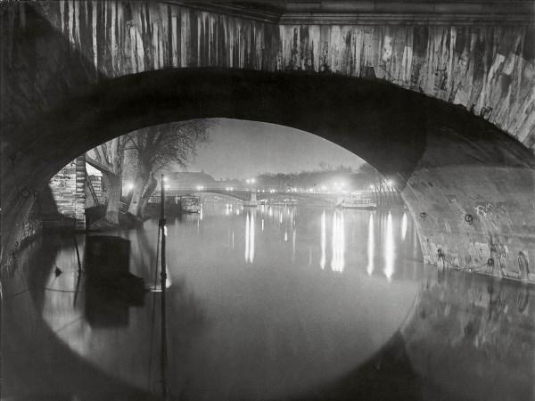 Brassaï - Vista desde el Pont Royal hacia el Pont Solférino, 1933. © Estate Brassaï Succession, Paris.
