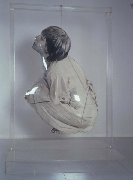 Darío Villalba – La oración, 1974. Escultura. Emulsión fotográfica, chapa de aluminio, metacrilato y lienzo. 255 x 181,5 x 136,5 cm / Figura: 190 x 122 x 54 cm / Base: 19 x 182 x 36,5 cm. Museo Nacional Centro de Arte Reina Sofía.