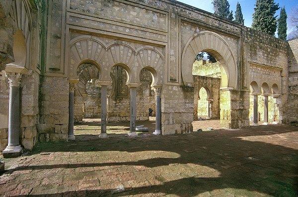 Medina Azahara, edificio Basilical Superior. Este gran salón debió ser la sede de uno de los órganos de la administración del Estado califal, aunque por el momento resulta difícil definir con precisión su funcionalidad concreta. Este gran edificio se sitúa en el sector oficial del Alcázar.