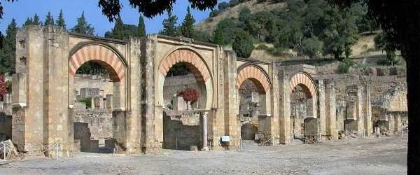 Medina Azahara, pórtico. Esta gran arquería constituye la entrada emblemática, simbólica y ceremonial al corazón del Alcázar, dando acceso a la zona administrativa y política del mismo.