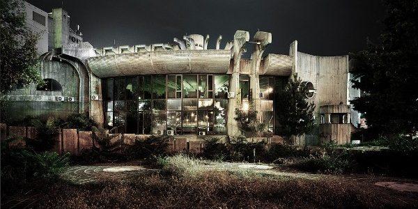 Centro de Telecomunicaciones - Janko Konstantinov - Centro de Telecomunicaciones, 1968–81. Skopje, Macedonia. Vista de la fachada sudoeste. Foto: © Valentin Jeck, comisionada por el Museo de Arte Moderno, 2016.