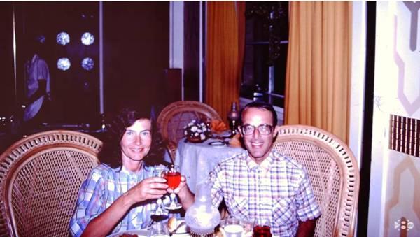 Jerry and Rita Alter en una imagen incluida en un documental de la cadena WFAA sobre el hallazgo del cuadro. YOUTUBE/WFAA.