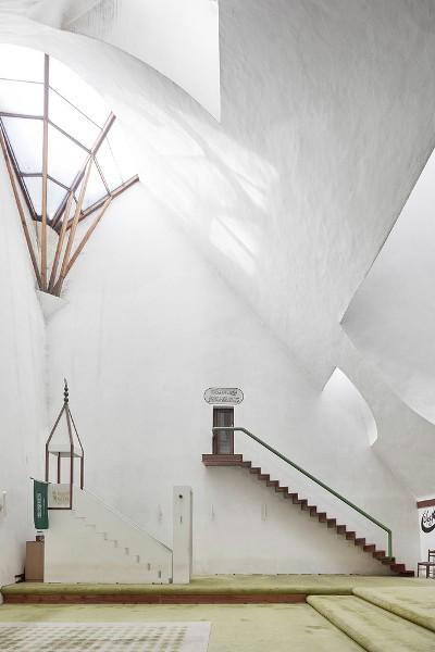 Mezquita - Zlatko Ugljen - Šerefudin Mezquita Blanca. 1969–79. Visoko, Bosnia y Herzegovina. Foto: © Valentin Jeck, comisionada por el Museo de Arte Moderno, 2016.