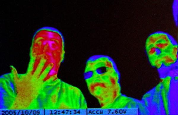 Luis Monje - Fotografía científica. Imagen térmica que muestra la temperatura corporal de los sujetos fotografiados.