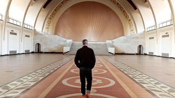 Maurizio Cattelan en el Yuz Museum, The Artist is Present - Fotograma cortesía de Gucci.