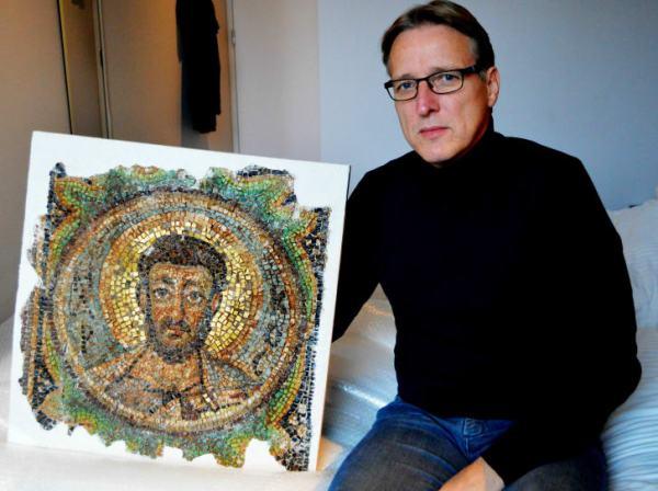 El detective de arte holandés Arthur Brand posa con el mosaico faltante de San Marcos, una rara pieza de arte bizantino robado de Chipre. Crédito: JAN HENNOP / AFP / AFP / Getty Images.