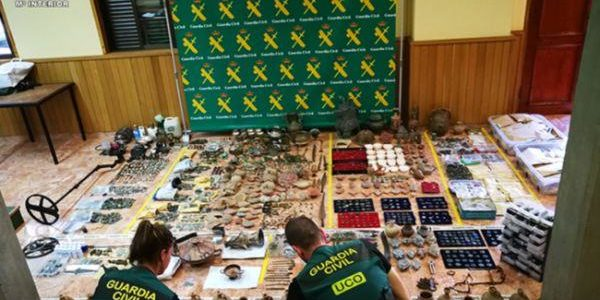 Imagen cedida por la Guardia Civil en la que se exponen los objetos incautados.