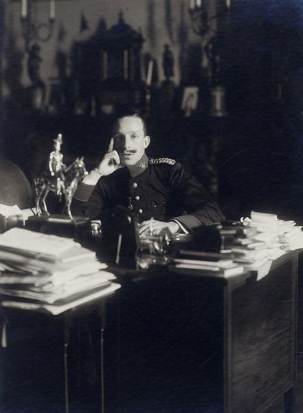 Retrato del rey Alfonso XIII sentado ante su mesa de despacho con el uniforme del regimiento Inmemorial del Rey, 1915. Patrimonio Nacional. Madrid, Archivo General de Palacio inv. 10205750.