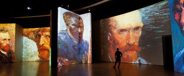 """""""Van Gogh Alive – The Experience"""", una exposición en el Círculo de Bellas artes de Madrid para sumergirse en el universo de Van Gogh. Imagen de la muestra con proyecciones de distintos autorretratos del artista."""
