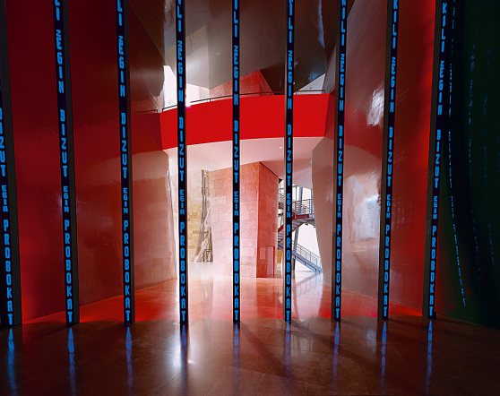 Jenny Holzer - Instalación para Bilbao (Installation for Bilbao), 1997. Diodos luminosos. Dimensiones de ubicación específica. Guggenheim Bilbao Museoa.
