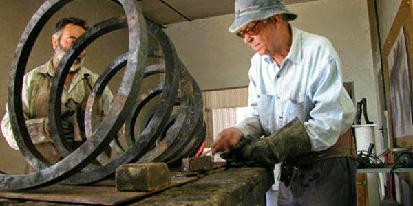 Una imagen de Martín Chirino, el herrero del arte, en pleno proceso creativo.