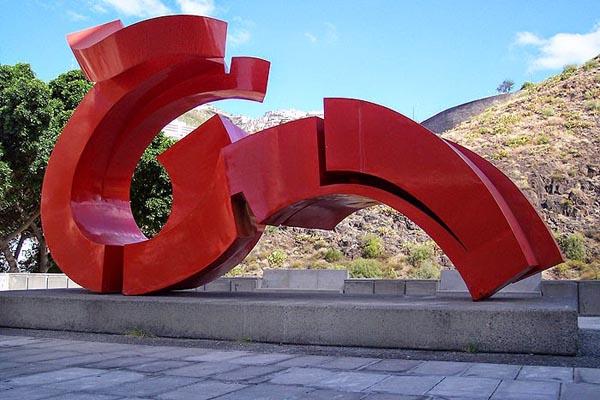 Martín Chirino – Lady Tenerife, 1970. Chapa de acero soldada y pintada al duco. Color rojo anaranjado. 407 x 708 x 348 cm. Colegio de Arquitectos de Canarias. Demarcación de Tenerife.