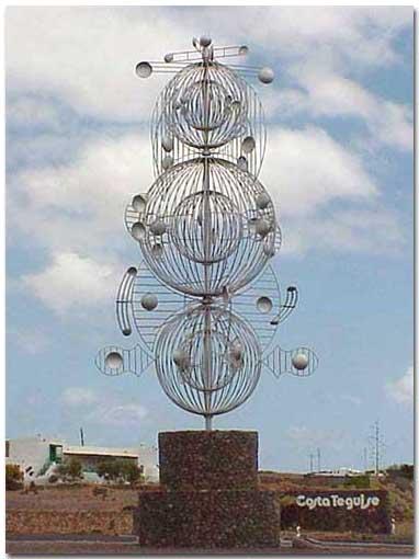 """César Manrique - Juguete del viento """"Fobos"""", 1994-1995, en Rotonda de Tahiche, Lanzarote."""