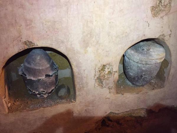 Distintas imágenes del interior de las catacumbas encontradas en una casa particular en Carmona, Sevilla, durante el transcurso de unas obras de remodelación y ampliación de la vivienda.